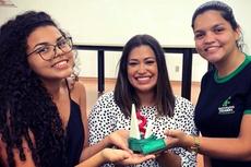 A professora Camila Barros com as estudantes Mariana Gomes e Giovana Silva em cerimônia de premiação dos curtas em janeiro de 2020.