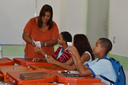 Professora Ione Silva com seus alunos na oficina de fanzine.