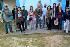 A coordenadora Elane (blusa rosa) e o professor Soffiati (a sua direita) com pesquisadores de Maricá