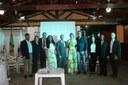 Servidores que compuseram a mesa de cerimônia, da esquerda para direita: André Felipe Figueira Coelho (coordenador de Pesquisa e Inovação); Luana de Lima Couto (chefe de Gabinete); Gabriel Gonçalves da Silva (coordenador de Apoio Acadêmico); Rafaela Dumas Reis (coordenadora Pedagógica e de Assistência ao Educando); Emerson Brum Bittencourt (coordenador de Extensão e Cultura); Regiane de Souza Costa (diretora geral); Márcio D'Assumpção Cavalcante (coordenador de Gestão de Pessoas); Fernanda Lima Rabelo (diretora de Ensino, Pesquisa e Extensão); José Luís de Santana Santos (coordenador de Administração); e Francesco Lugli (coordenador do Eixo Tecnológico de Infraestrutura e Curso de Edificações).