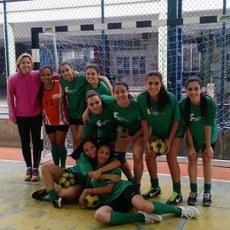 Atletas do handball feminino do campus Maricá com a professora Regiane (casaco rosa).