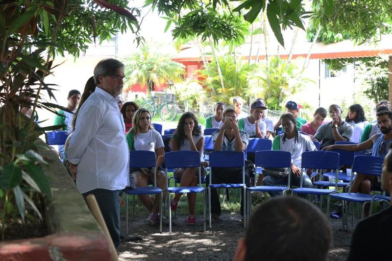 Reitor se reúne com estudantes e servidores do campus Maricá