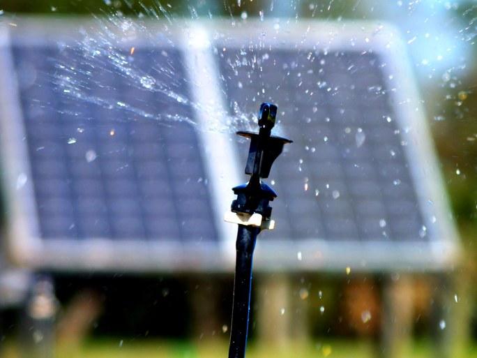 Sistema de irrigação sustentável por meio de ciclo hidrológico e movido à energia solar fotovoltaica