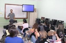 Estudantes assistem à apresentação sobre Inovação