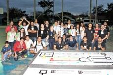 Equipes participantes e organização reunidos ao final do torneio.