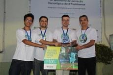 """Em 1º lugar ficou a equipe que desenvolveu o app """"Minha Cidade"""". Da esquerda para a direita: Lucas (estudante), Ranielli, Tiago e Claudio (servidores de Tecnologia da Informação do Instituto)."""