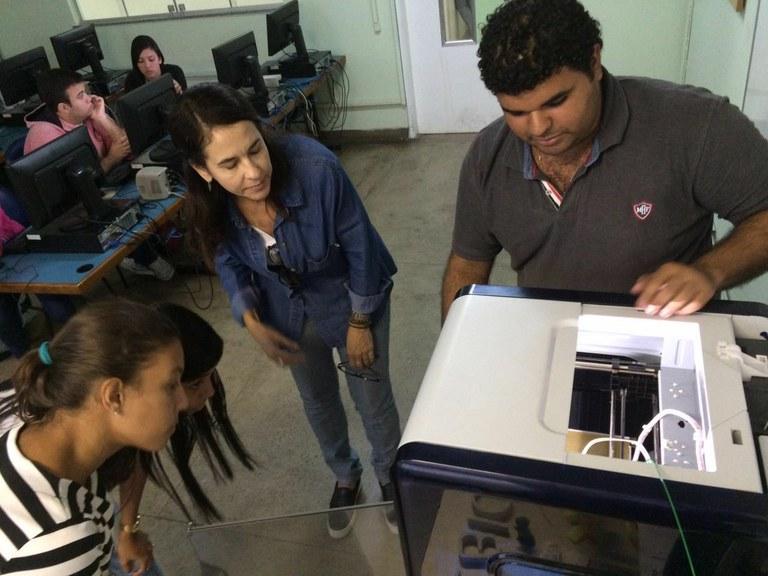 Estudantes aprendem a utilizar impressora em 3D