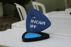 O troféu para o 1º lugar do III Inova IFF feito na impressora 3D do Polo de Inovação Campos dos Goytacazes.