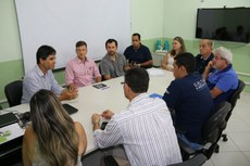 Empresário e gestores durante a assinatura do contrato