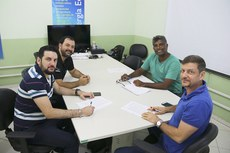 Gestores do IFF e PICG com o egresso Thiago Rodrigues (camisa listrada) durante assinatura de novo contrato do Polo de Inovação