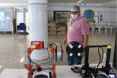 O Diretor de Internacionalização e Inovação do IFFluminense, Henrique da Hora, acompanha os trabalhos.