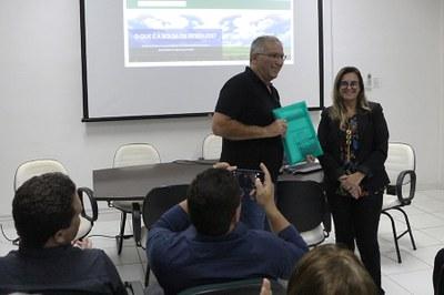 Lucas Vieira filho da AIC  e Simone Vasconcelos do Escritório de Gerenciamento de Projeto do PICG