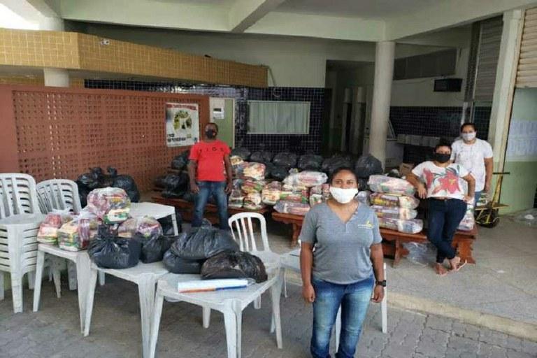 IFF Quissamã entrega de 101 kits de alimentos e um livro para alunos