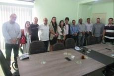 Representantes do IFF e vereadores reunidos na Câmara Municipal (Foto: CMQ).