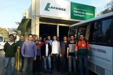 Alunos e servidores da Unidade de Cordeiro durante visita à fábrica de cimento