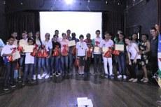 Alunos da rede pública de ensino de Pádua recebendo as moções de aplausos pelo desempenho na OBMEP.