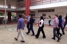 Equipe visita as instalações do campus.