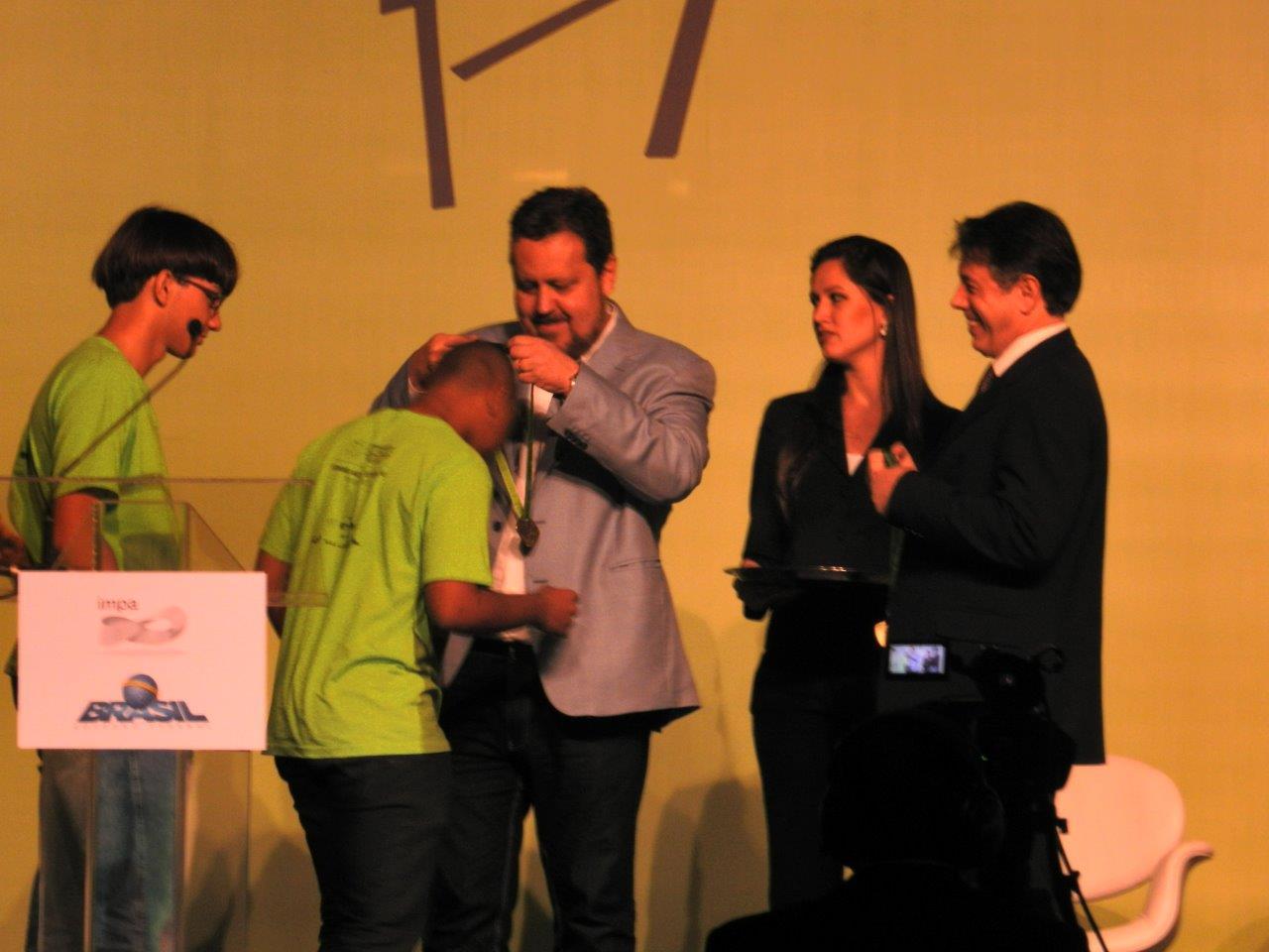 Estudante é premiado com medalha de ouro por desempenho em Matemática
