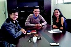 Arthur Rezende com os diretores da UFF Pádua Tibério Borges e Geórgia Regina