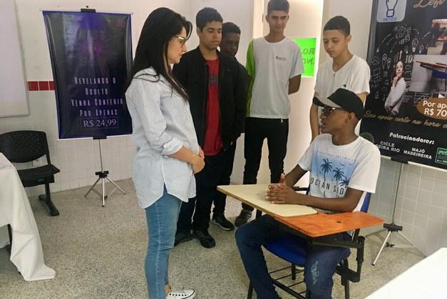 Alunos apresentam projeto de extensão de mesa para canhotos no SACAIFF