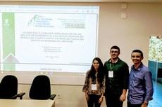 Rafaela, Frederico e Arthur durante apresentação do artigo