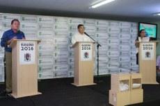 Candidatos Neco e Carla Machado durante o debate