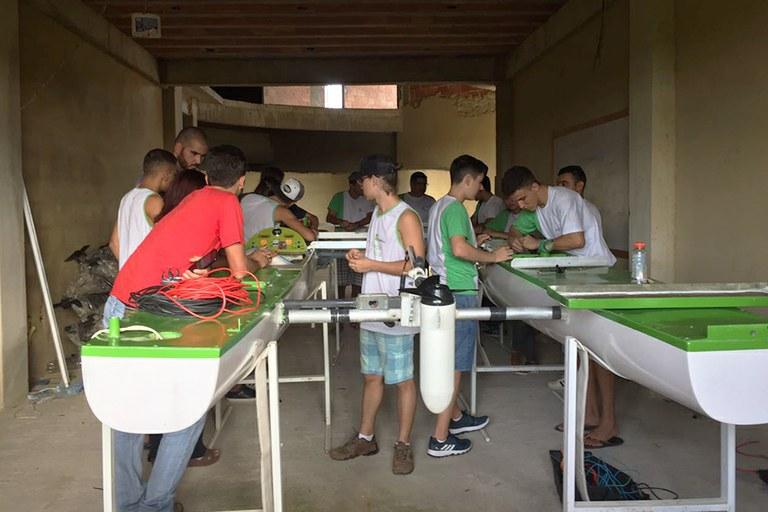 Estudantes trabalham no aperfeiçoamento da embarcação