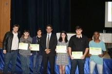 Gustavo Lopes (de terno, ao centro) com os estudantes premiados.