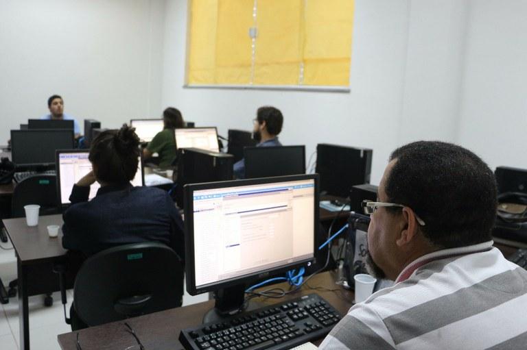 Bibliotecários passam por treinamento para utilização de novo sistema.jpg
