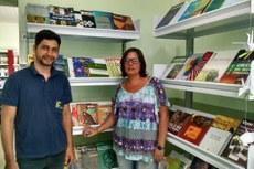 Bibliotecária Lília e o auxiliar de biblioteca Vinícius Ferreira