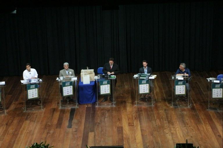 Candidatos a prefeito participam de debate promovido pelo Fidesc
