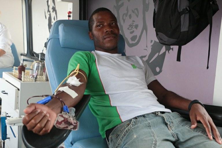 O aluno Nzugi Pedro durante a sua doação