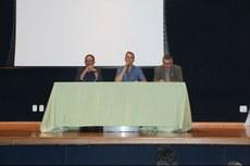 Ao lado de Carlos Artur (centro), os palestrantes Antonio (à esquerda) e Andrei (à direita).