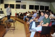 Consultor da Capes, Antônio Silva Neto, durante palestra para alunos do SAEG