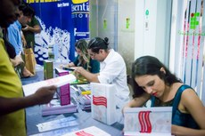 Após a cerimônia, os autores Ingrid, Luiz Cláudio e Dayane autografaram os livros