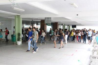 Chegada dos estudantes ao Campus Campos Centro para a realização da prova.