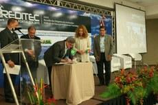 O reitor do IFFluminense, Luiz Augusto, assinou o termo de cooperação.