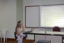 A coordenadora Simone Vasconcelos durante apresentação do curso