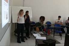 As professoras Valéria e Cassiana apresentaram as metodologias de ensino. A aula foi expositiva e também teve dinâmica em grupo.