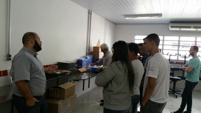 A entrega dos equipamentos de Ciências foi acompanha pelo Grêmio Estudantil e a empresa fornecedora fez uma demonstração para os estudantes.