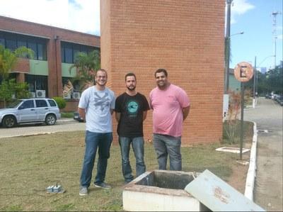 Servidores Gabriel Rocha, Danilo Barcelos e Leandro Viana em frente ao castelo d'água do Campus Macaé.