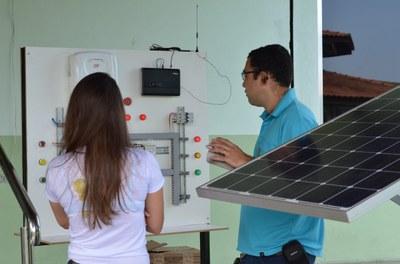 Exposição de painel para demonstrar funcionamento do sistema de energia solar em Itaperuna, durante Semana Acadêmica.