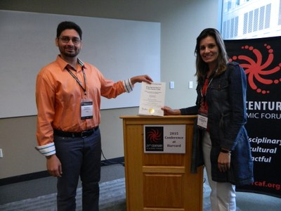 Larissa apresenta alguns resultados da pesquisa em congresso realizado na Universidade de Harvard, em 2015.