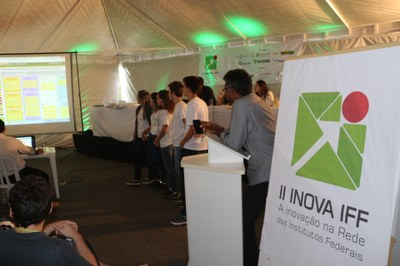 Apresentação de estudantes durante o Desafio Inova IFF, em 2015.
