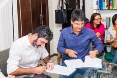 Brand e Jefferson assinam o acordo de Cooperação Técnico Educacional.