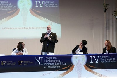 O reitor da Uenf, Luís Passoni, falou na abertura do evento, ao lado de Conceição Santana (à esquerda), Jefferson Azevedo e Andrea Brito Latge (Foto: Ascom Uenf).