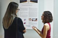 Na foto, aluna do IFF explica projeto para avaliadora (Foto: Tiago Quintes).