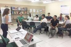 Candidatos participam da dinâmica de grupo conduzida pela consultora Paula Alexandrisky.