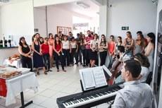Confraternização de Natal foi realizada no hall do prédio da Reitoria. / Foto: Mayhara Barcelos.