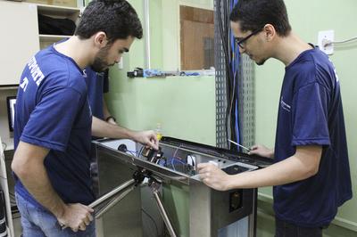Estudantes do Campus Centro desenvolveram projeto de fabricação de estruturas e do software das catracas que controlam a freqüência dos alunos e visitantes (Foto: Raphaella Cordeiro).